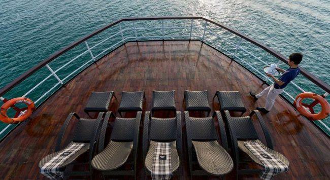 Khu tắm nắng trên Du thuyền ngủ đêm 4 sao trên vịnh Hạ Long