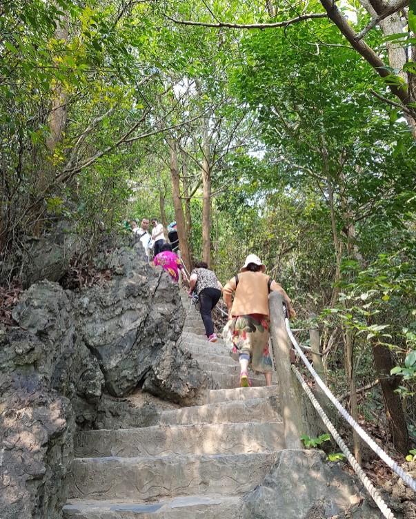 Đường đá đi lên đỉnh núi đảo ti tốp