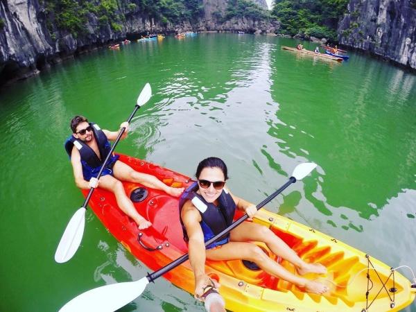 du khách chèo kayak bên trong hang luồn