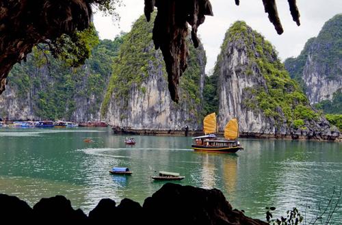 Khung cảnh nhìn từ hang Bồ Nâu ra ngoài vịnh