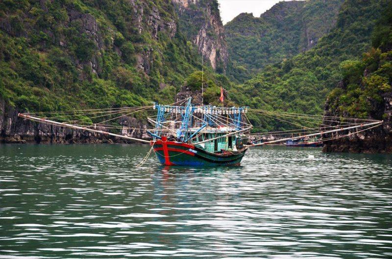 Thuyền câu mực đêm ở làng chài Vung Viêng