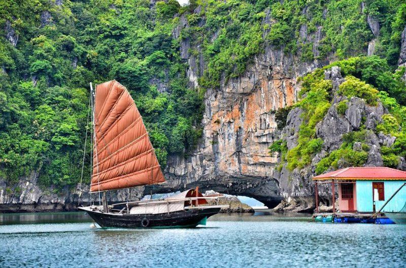 Thuyền buồm cánh cam, đặc trưng của làng chài Vung Viêng