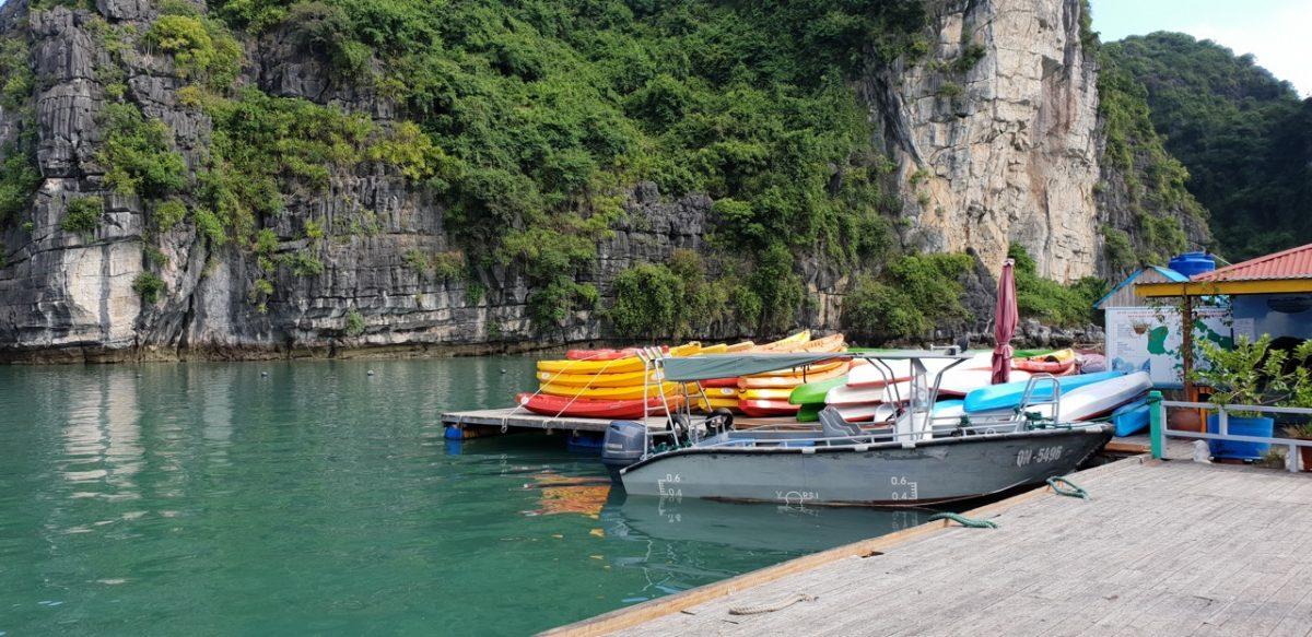 Khu vực bến nhỏ chưa thuyền kayak ở làng chài Vung Viêng