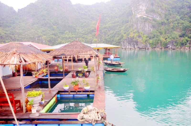 Bè nổi nuôi trồng thủy sản ở làng chài Vung Viêng
