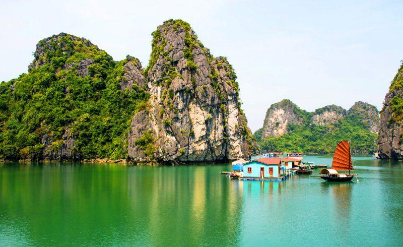Nhà nổi và thuyền buồm giữa làng chài Vung Viêng