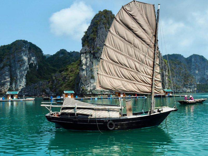 Thuyền buồm đánh cá ở làng chài vung viêng