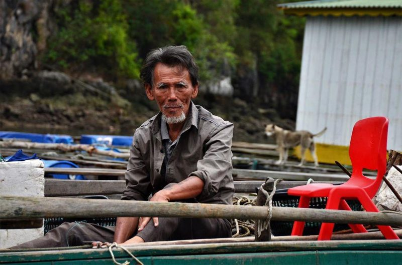 Bác trai tần tảo chèo đò ở làng chài vung viêng