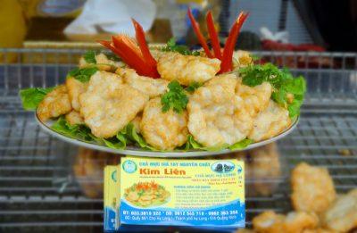 Món chả mực Kim liên được trang trí với xà lách và ớt tươi