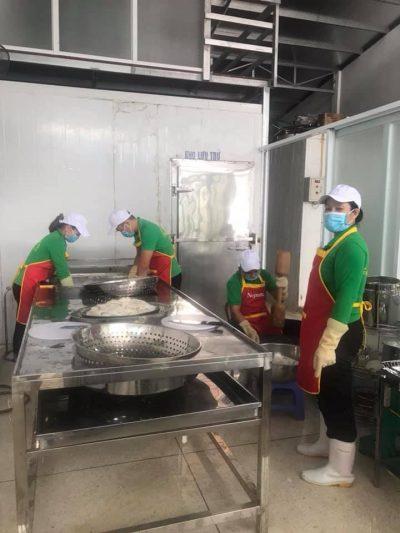 Công nhân bên trong cơ sở sản xuất chả mực Lân Điệp