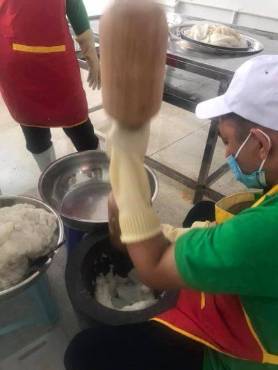 Công nhân đang giã tay mực bên trong cơ sở sản xuất chả mực Lân Điệp