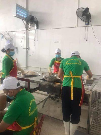 Công nhân đang chế biến bên trong cơ sở sản xuất chả mực Lân Điệp
