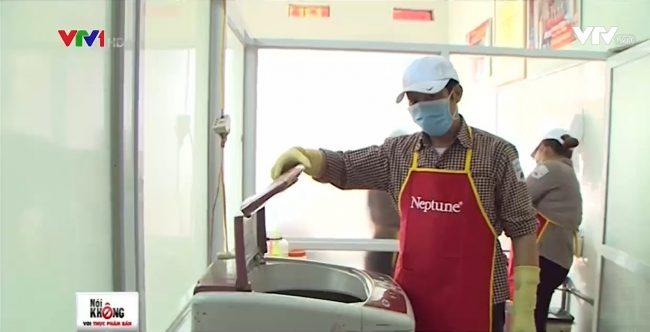 Công nhân đang cho mực vào máy vắt nước