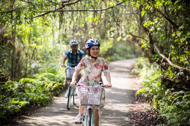 Du khách đạp xe ở làng Việt Hải