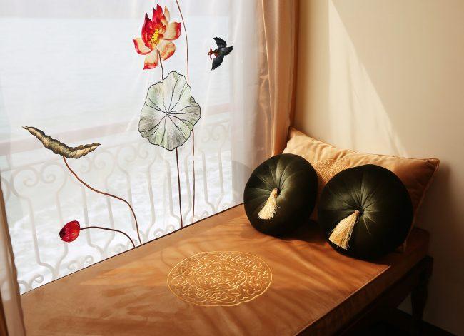 Khu tắm nắng bên trong phòng Junior Suite, du thuyền Indochine