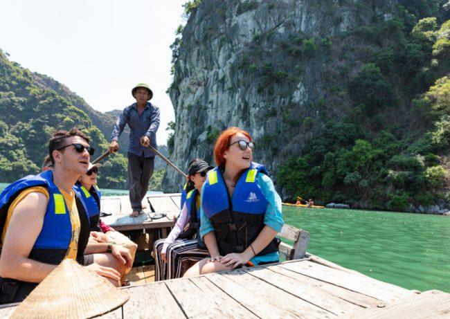Người chèo đò đưa du khách tham quan vịnh