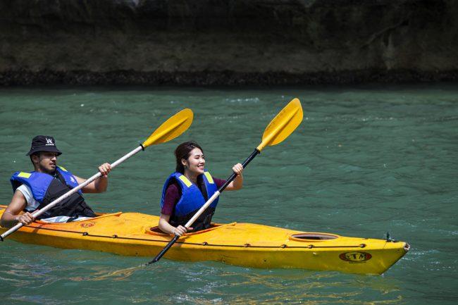 Du khách chèo thuyền kayak trên vịnh
