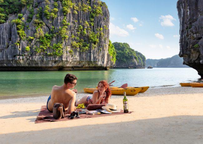 Du khách thư giãn trên bãi biển ngoài vịnh