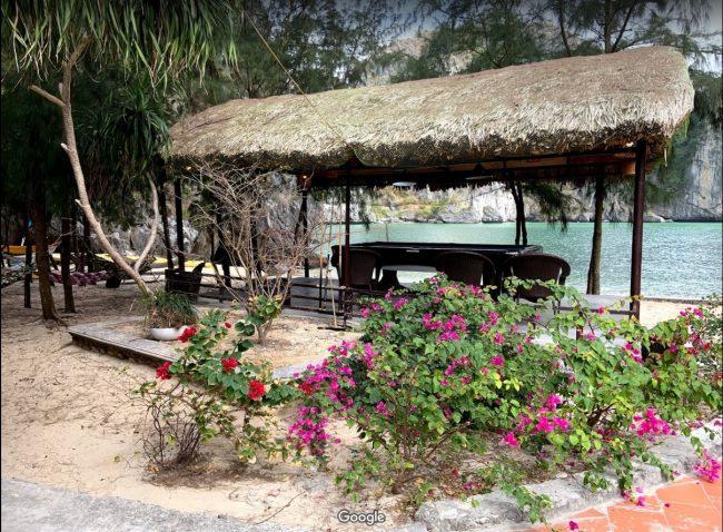 Bàn chơi bida trên đảo Tự Do Freedom Island