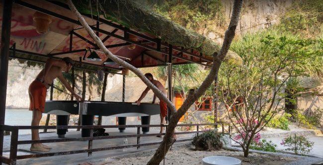 Du khách chơi bida trên đảo Tự Do Freedom Island