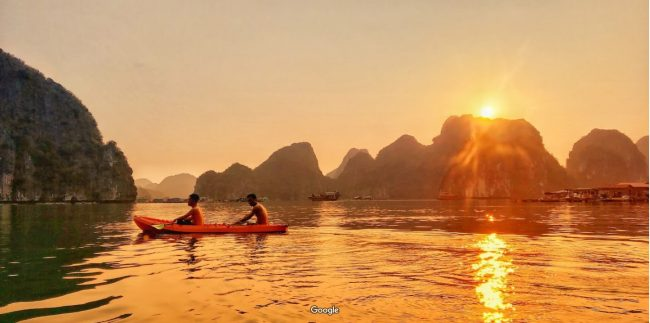 Du khách chèo kayak gần đảo Tự Do Freedom Island