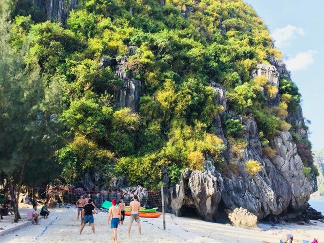 Du khách chơi bóng chuyền trên bãi biển của Đảo tự do Freedom Island