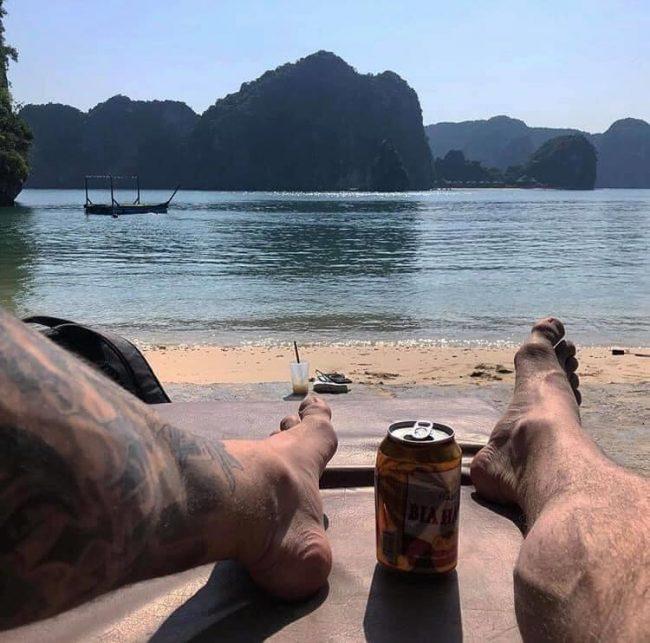 Khách thư giãn trên bãi cát đảo Tự Do Freedom Island
