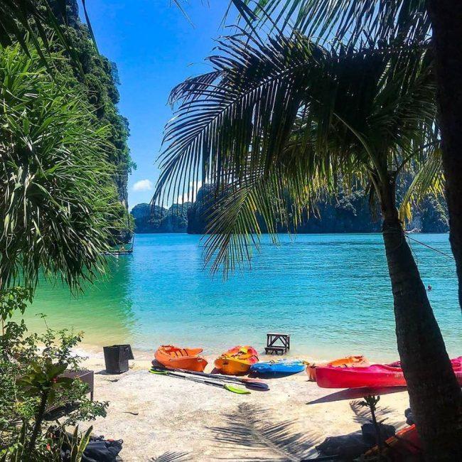 Bãi biển với những chiếc kayak trên đảo Tự do Freedom Island