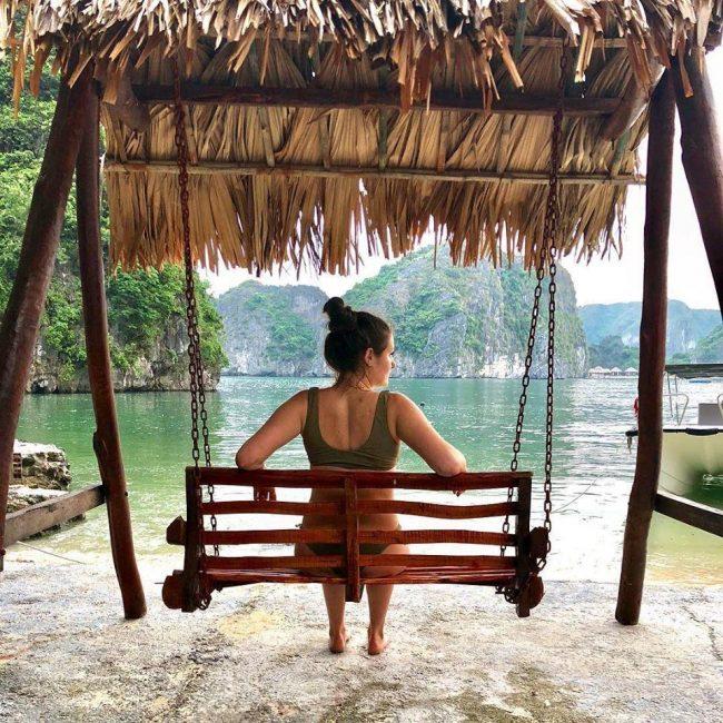Du khách ngồi ghế đu trên đảo Tự Do Freedom Island