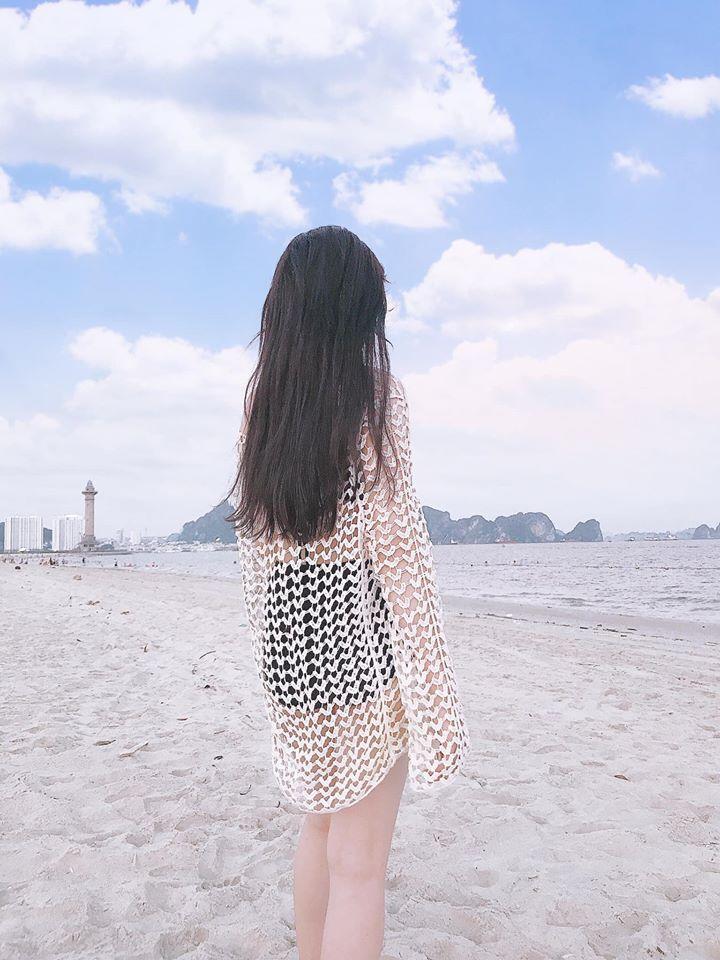 Nữ du khách với bikini hút mắt ở bãi biển Bãi cháy