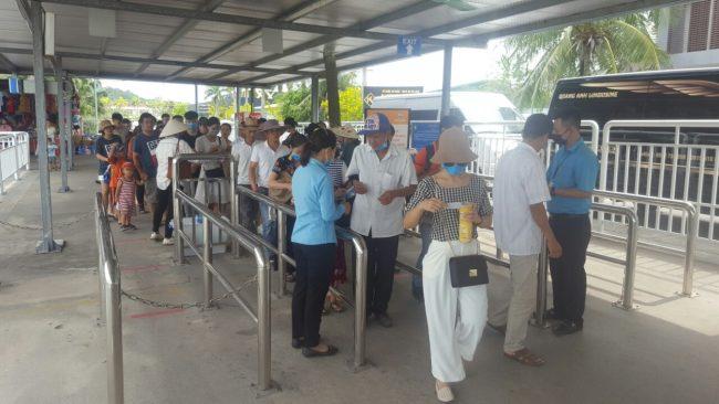 Du khách đi qua khu vực kiểm soát vé tại bến Tuần Châu