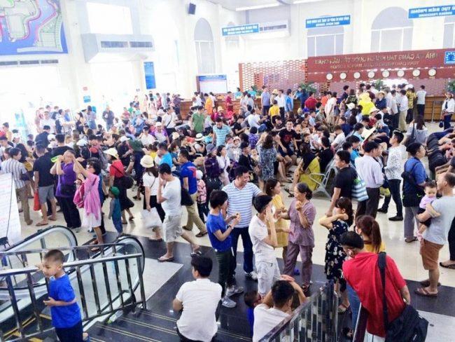 Đông nghịt du khách tại sảnh chờ nhà bán vé bến tàu Tuần Châu