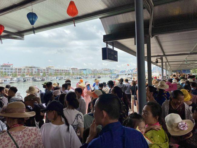 Du khách chen chúc đứng chờ ở khu vực bến tàu Tuần Châu
