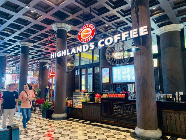 Quán cafe Highland bên trong cảng tàu Hạ Long