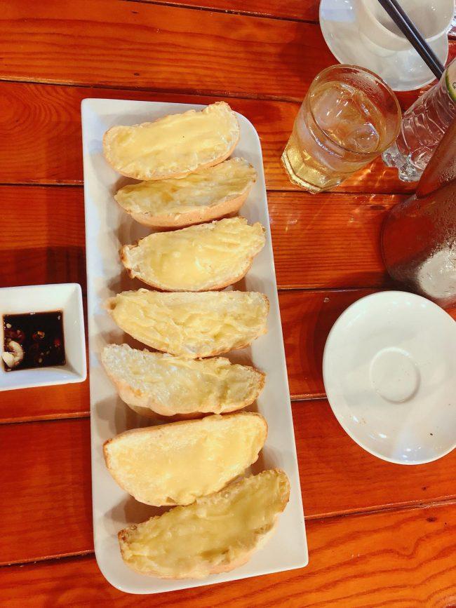 Bánh mì phô mai phục vụ chậm tại nhà hàng Phương Nam